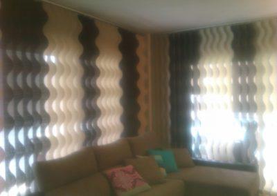 Estores verticales con lamas en ondas de 127mm formando ángulo
